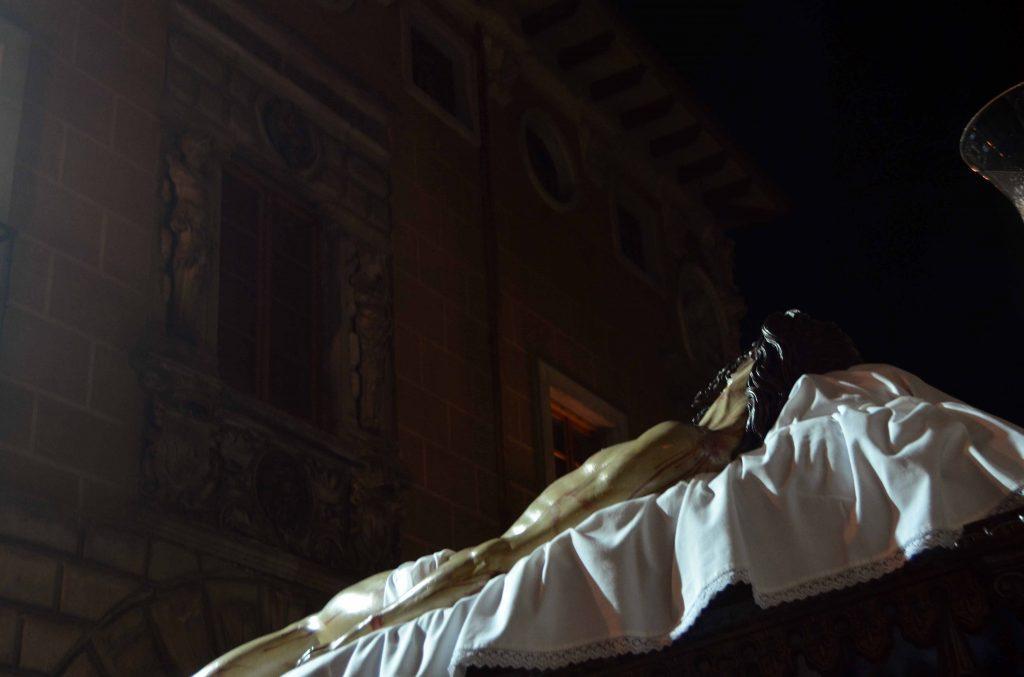 Cristo Yacente entrada iglesia